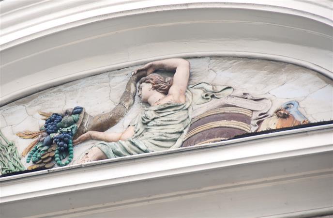 Reliefdarstellung der Glücksgöttin Fortuna mit Attributen des Handels